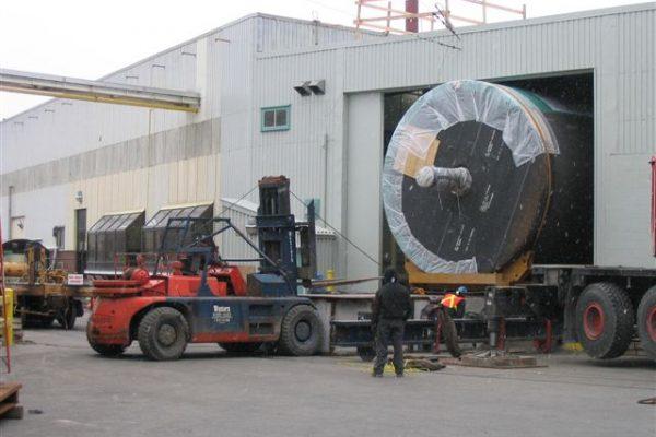 vận chuyển bồn công nghiệp siêu trường bằng xe mooc lùn